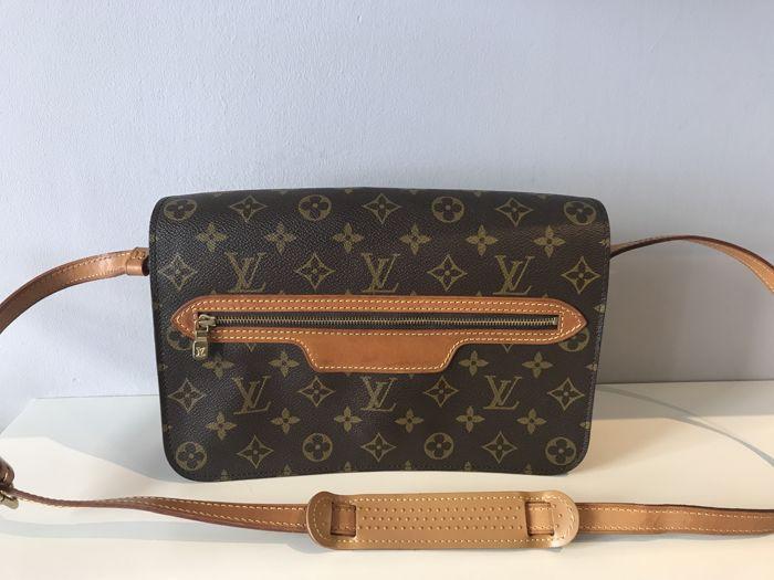 193ffeb8ad5 Louis Vuitton-schoudertas. Louis Vuitton schoudertas gemaakt van stof  monogram met natuurlijke koeienhuid wordt