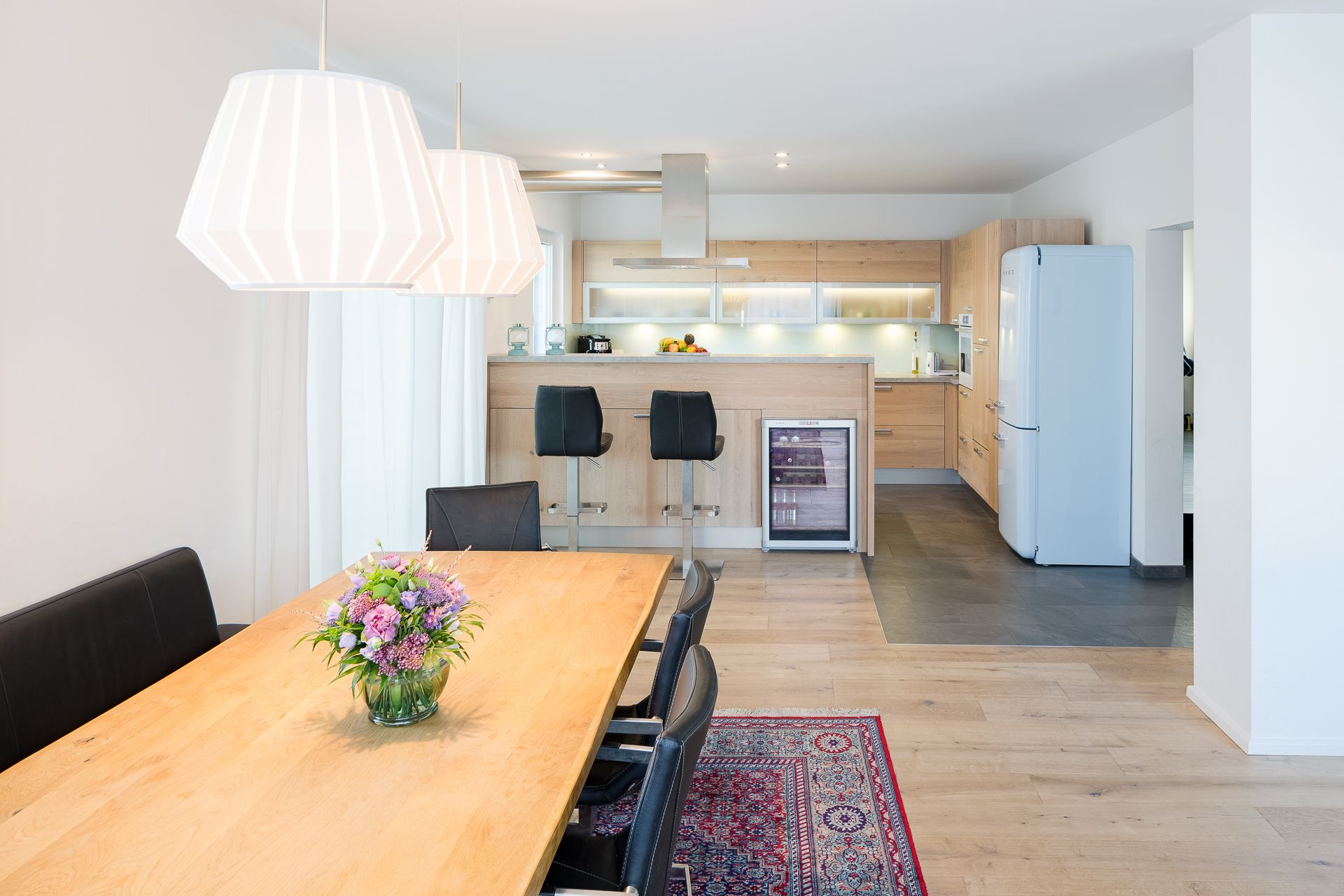 Blick vom Essbereich in moderne Küche mit freistehendem Retro