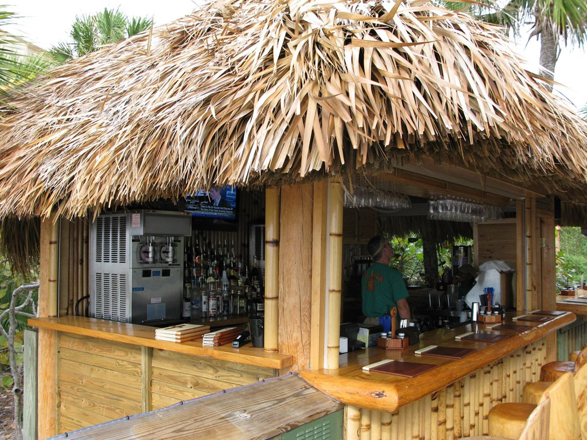 With An Outdoor Tiki Cabin You Don T Even Have That Miserable Reason In The Setting Of A Tropical Tiki Bar It S Viable T Bars Tiki Tiki Hut Bar Arriere Cour
