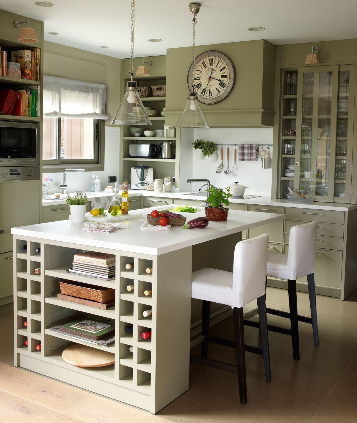 Cocina rústica con encimera revestida de microcemento y mobiliario ...