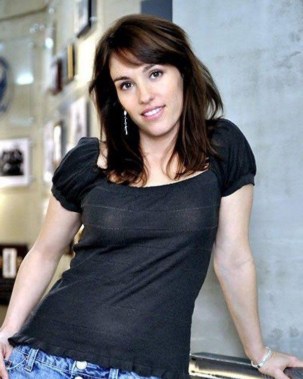 image: Amy Jo Johnson; FamousDude.com - Famous people