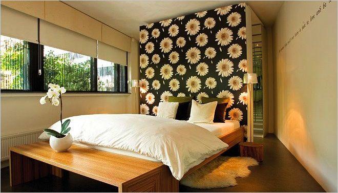 Moderne slaapkamer met opvallend bloemenmotief behang