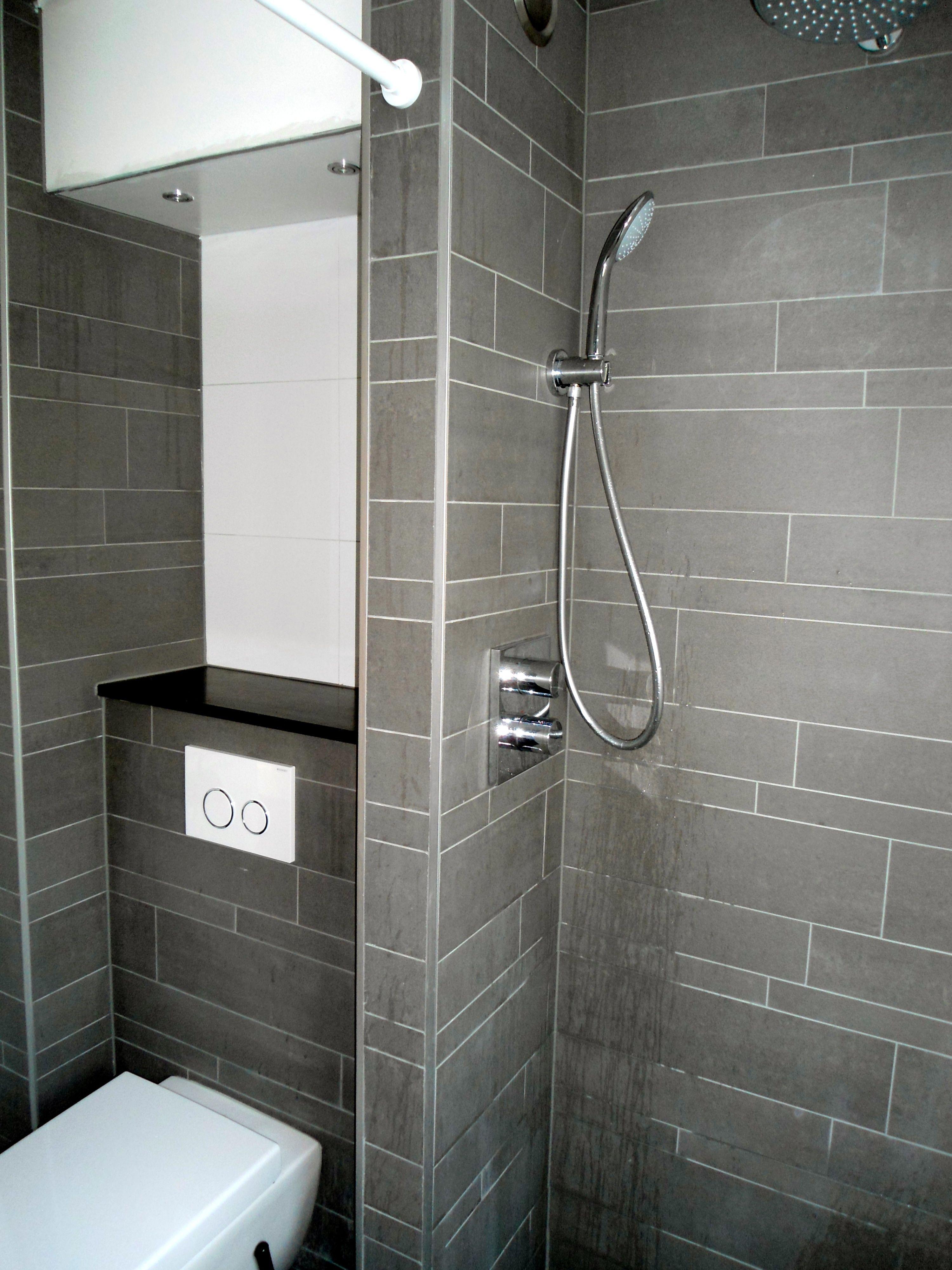 Muurtje achter wc natuursteenplankje op muurtje badkamer inspiratie pinterest for Badkamer design italiaanse douche