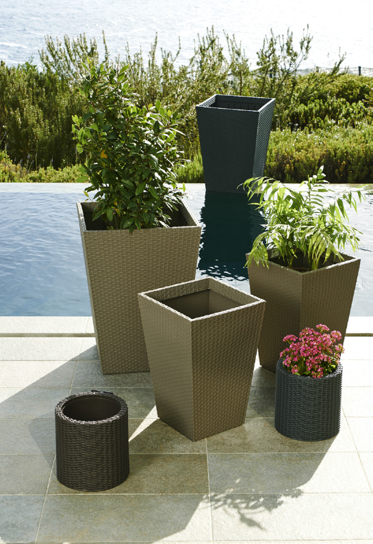 Un jard n moderno y urbano debe contar con maceteros y for Macetas para jardin