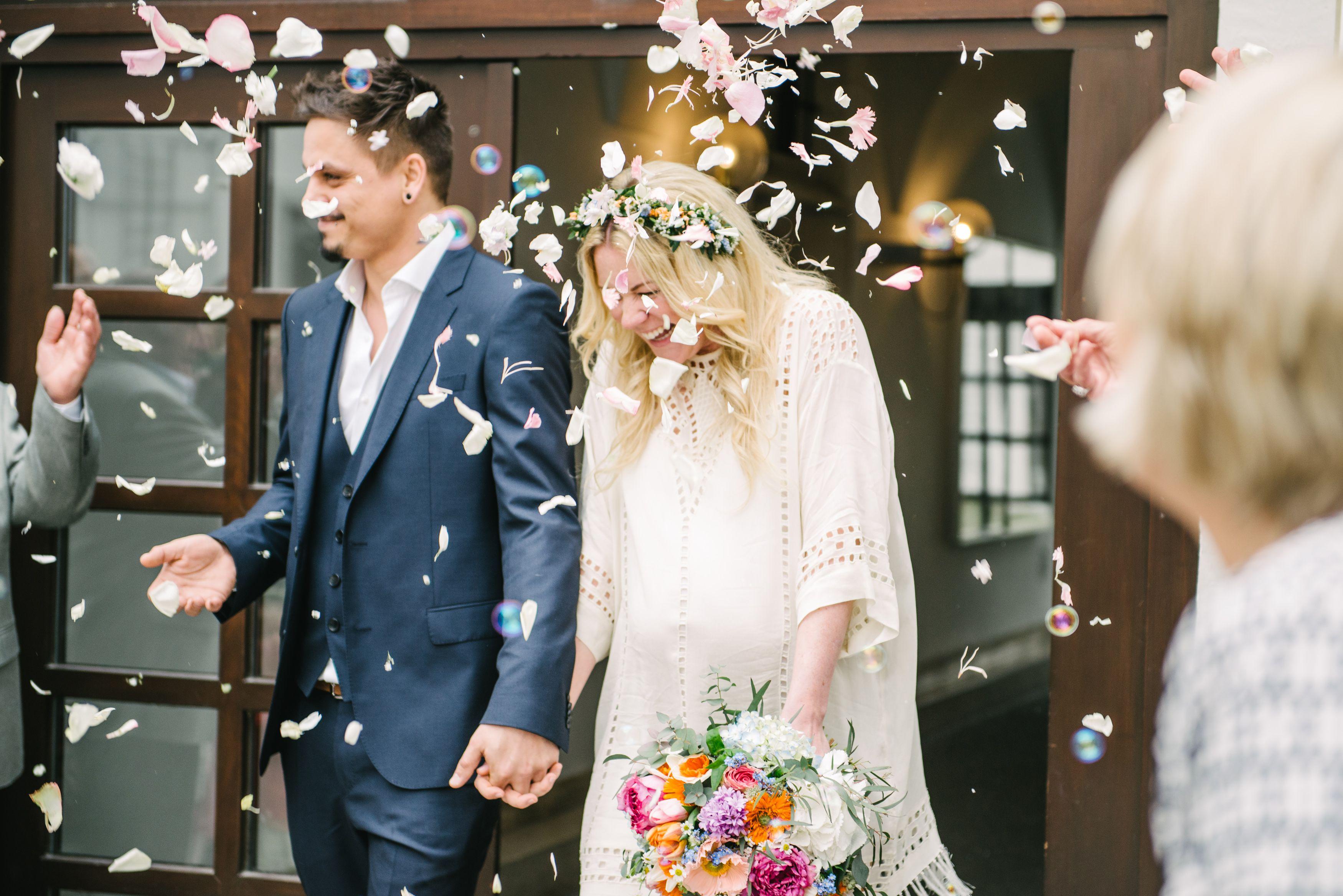 Real Wedding Casual Hippie Bunte Hippie Hochzeit In Neuburg Spalier Fur Das Frisch Getraute Paar Bunter Brautstr Braut Spalier Hochzeit Spitzen Hochzeiten