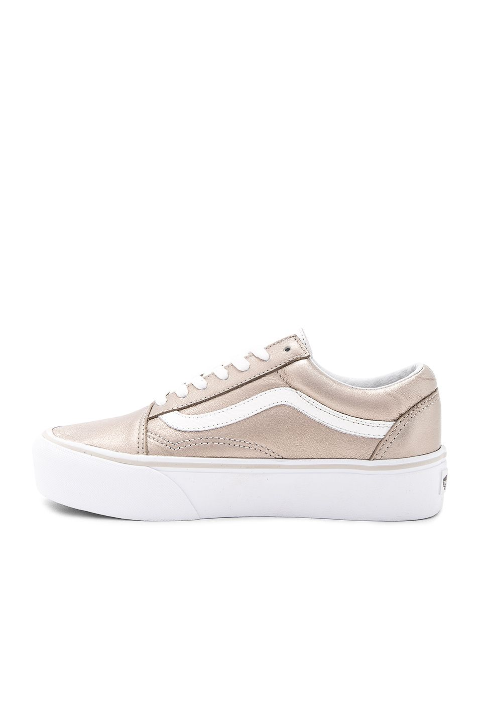 Vans Old Skool Platform Sneaker en Gray Gold & True White | REVOLVE