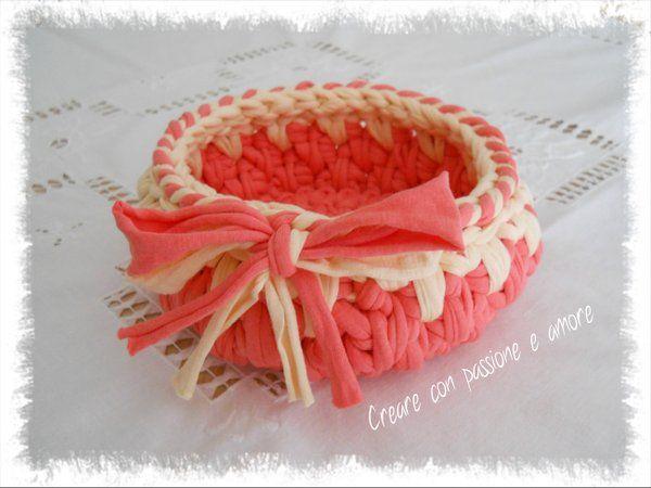 Cestino in fettuccia ad uncinetto, seguimi anche su https://www.facebook.com/creareconpassioneeamore/ … #crochet #handmade #basket #lemaddine