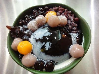 台湾デザートは、マンゴーカキ氷や豆花だけではありません。忘れてはならないのが、愛玉や仙草ゼリーといった伝統的な台湾スイーツです。こちらのお店では、絶品の愛玉や仙草ゼリーを味わうことができあます。独特のぷるんとしたのど越しは、一度たべると病み付きになること間違いなしです。
