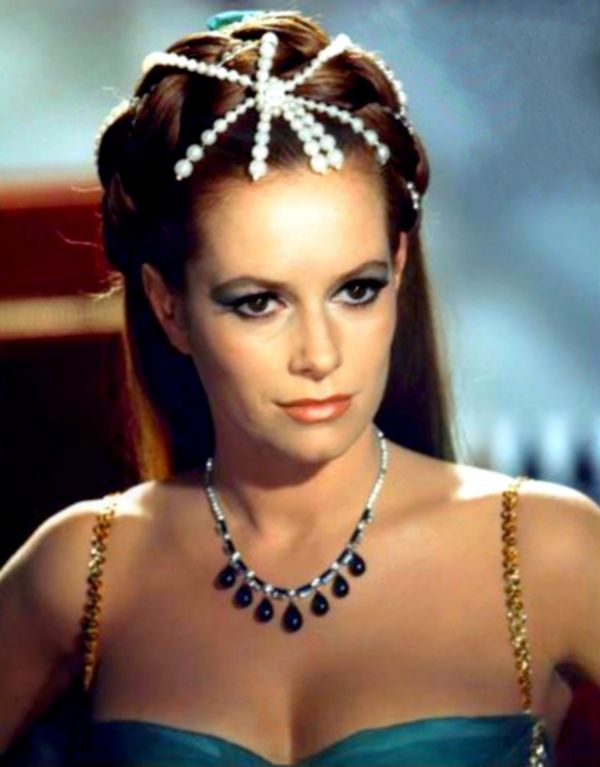 First Bond girl Eunice Gayson dies at 90 | James bond