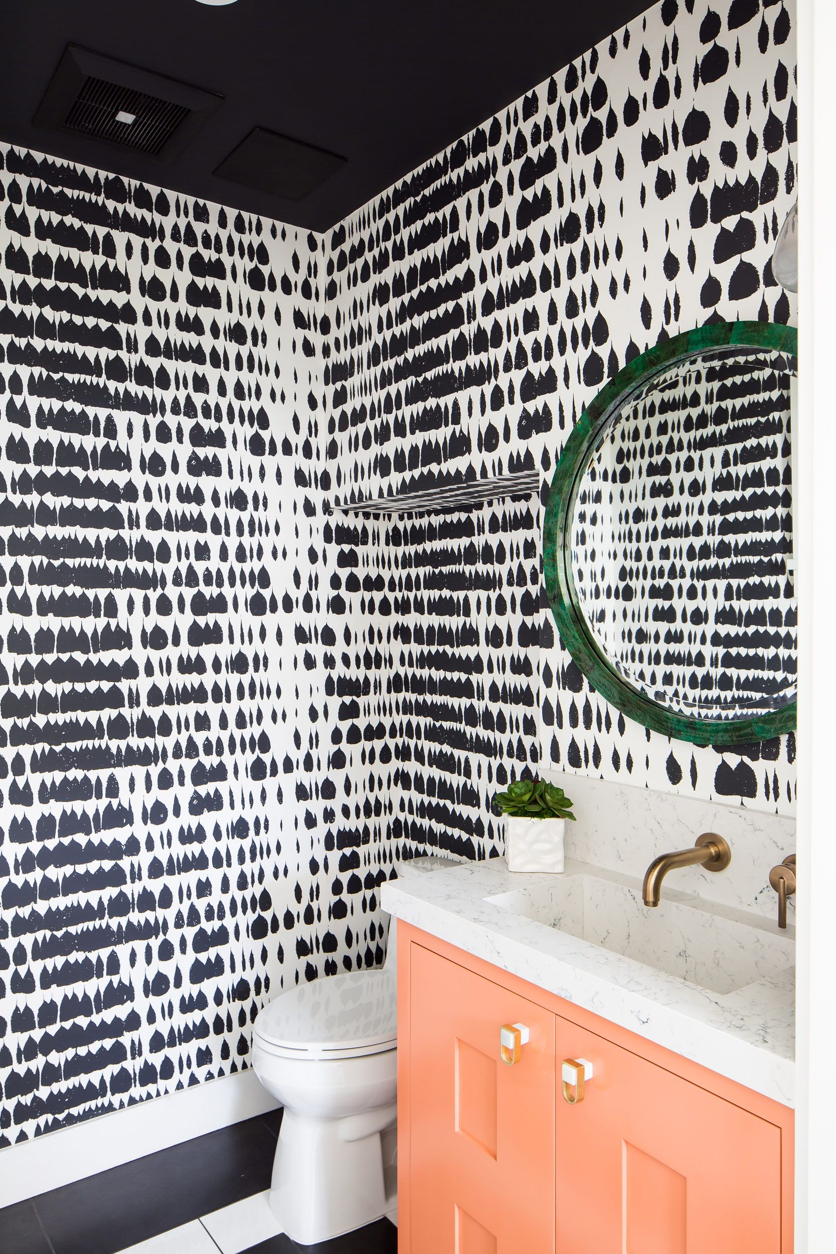 Graphic black and white wallpaper in the powder bath