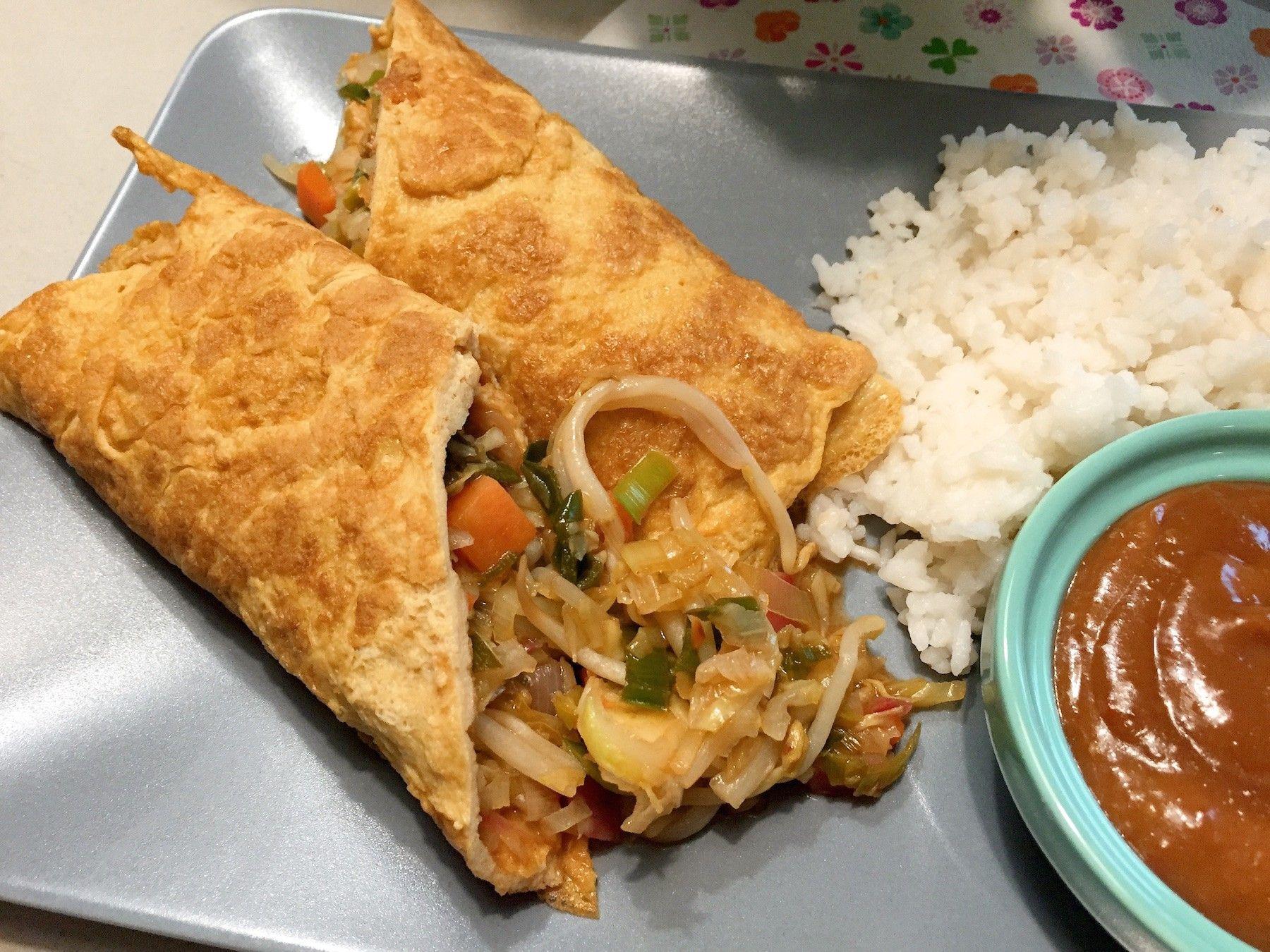 Een oosterse wrap gemaakt van ei (omelet) geserveerd met zoet zure groenten en rijst. Lekker op ieder dag van het jaar. Ook geserveerd met satesaus.