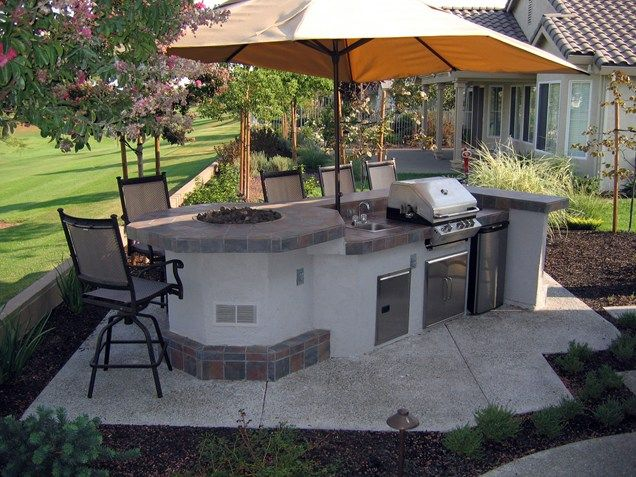 Basic Design Has A Lot In A Small Space Outdoor Kitchen Fire Feature Grill Shade Umbrella Outdoor Outdoor Patio Simple Outdoor Kitchen Outdoor Kitchen Design