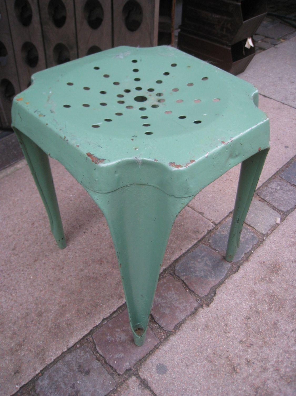 Fin grønmalet metal Tolix-taburet  med gennembrudt sæde, denne model er fra 1930'erne.                       Mål: H 45 X B 38 X D 38 Cm.Pris er per stk.2 stk på lager.
