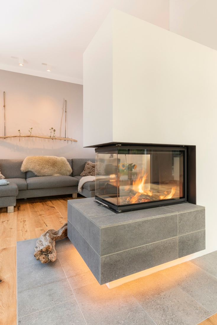 Panoramakamin Mit Gefliestem Feuertisch In 2020 Einrichtungsideen Wohnzimmer Modern Feuertisch Kaminbau