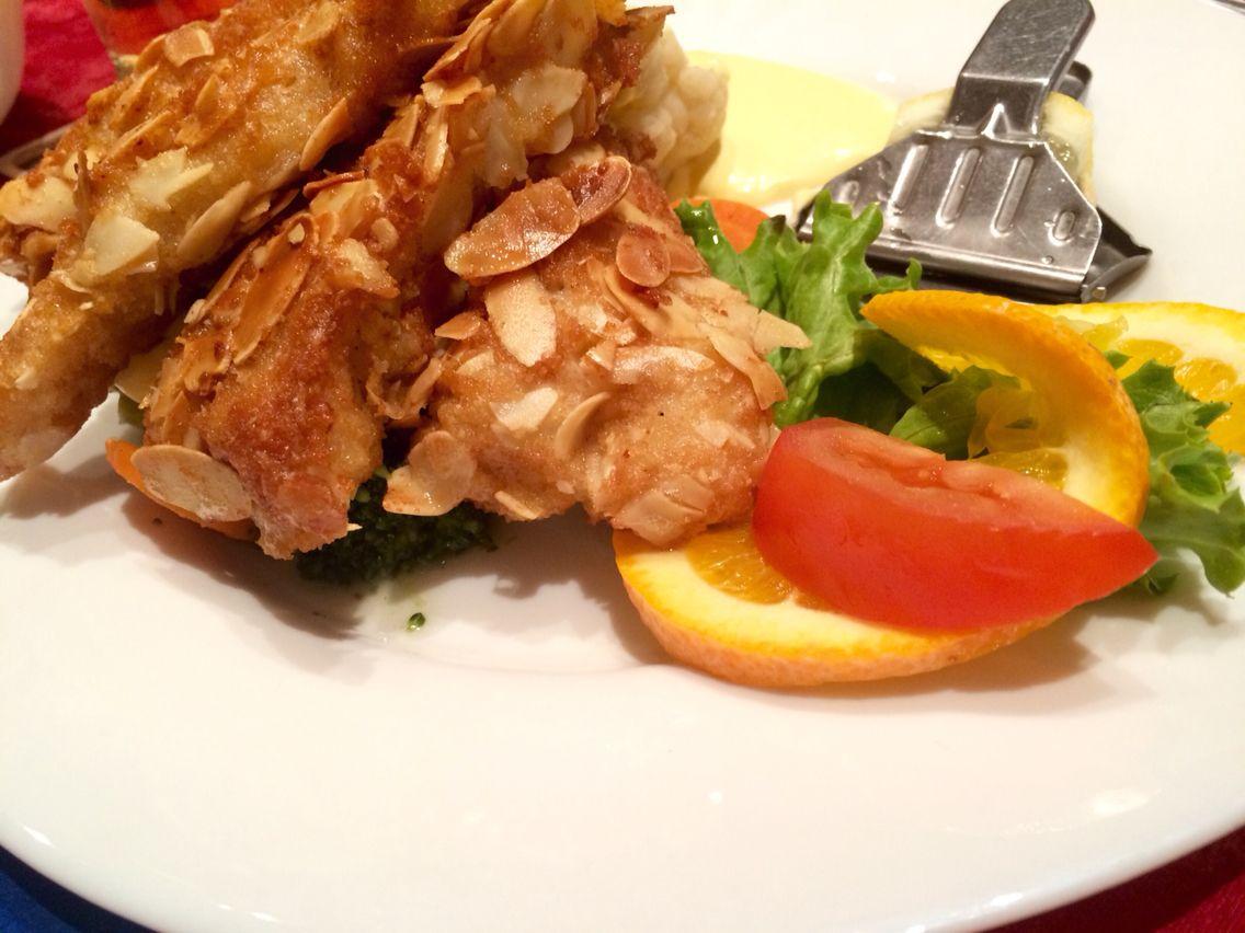 Knusperfisch auf Gemüse mit Kroketten und Sauce Hollandaise...