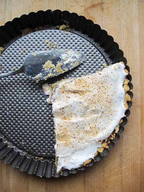 Rhubarb-meringue pie
