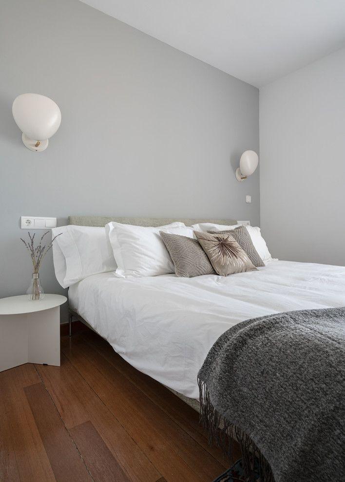 Schlafzimmer hellgraue Wandfarbe Dielenboden weiße Wandleuchten ...