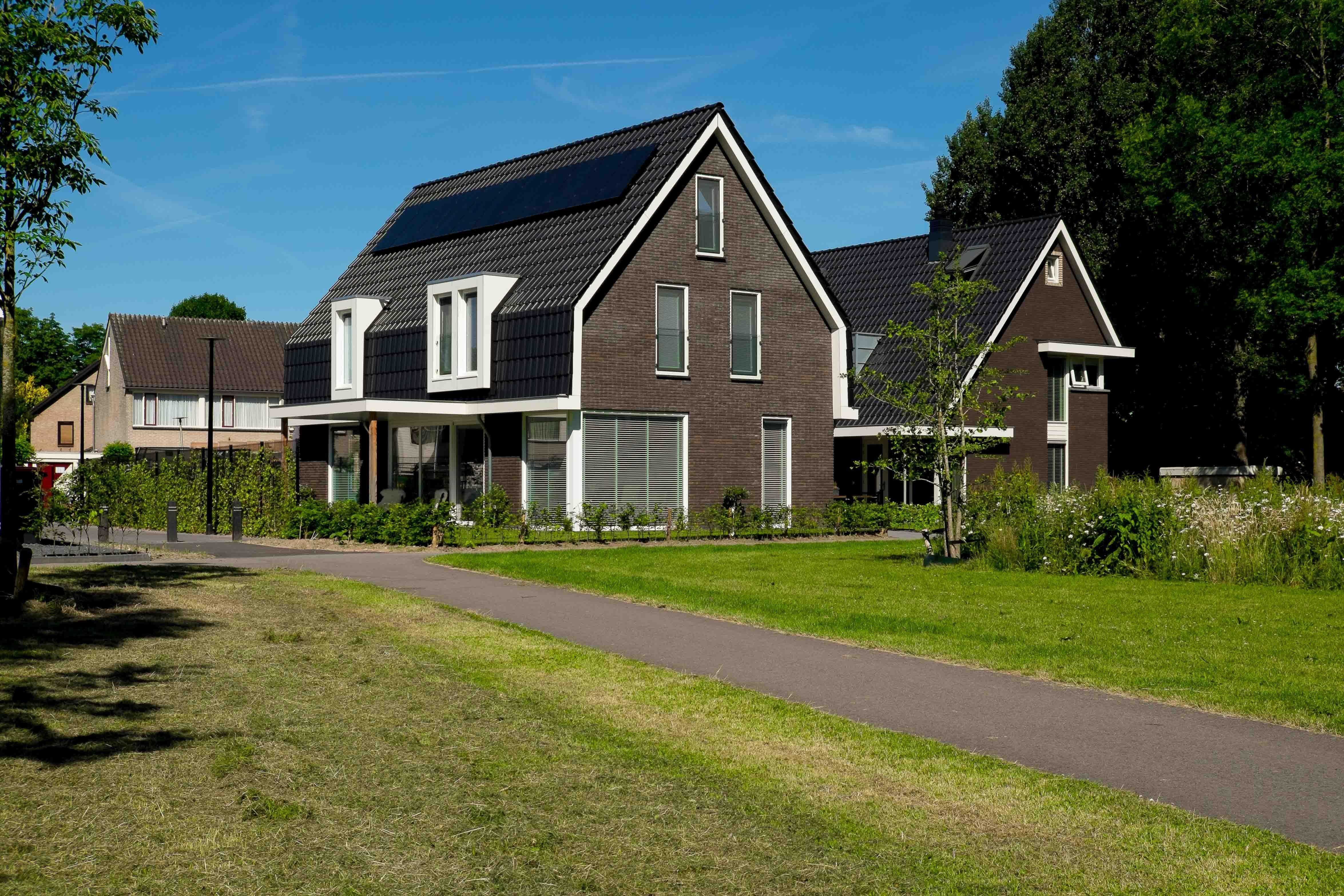 Vrijstaande woning met mansardedak met 'schietgaten' - Marten Buitengewoon Ontwerpen (www.martenontwerpt.nl)