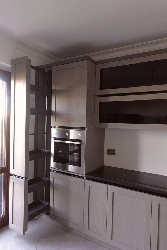 Cucina moderna con dispensa.Realizzata in rovere massello.Su misura ...