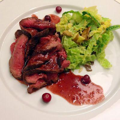Kulinaari: Hirven ulkopaistia, savoijinkaalia ja karpalokastiketta