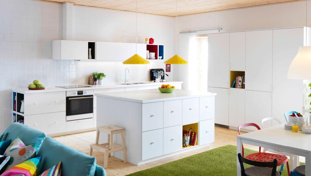 Moderne, hvitt L-formet kjøkken med kjøkkenøy – design og ideer