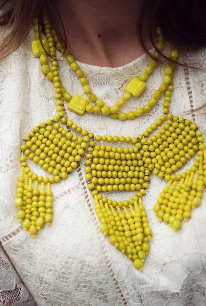 robe en dentelle blanche et joli collier gros fantaisie de couleur jaune