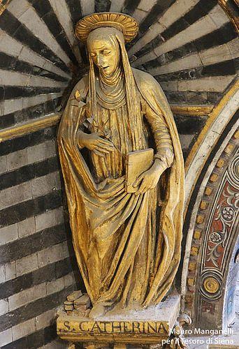 La statua di Santa Caterina sotto la cupola del Duomo