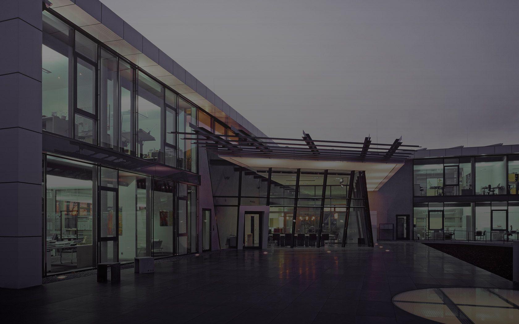ARCHITEKTURBÜRO MÜLLER + HUBER. ARCHITEKTUR. LEBEN. | Clean website with smooth transitions.