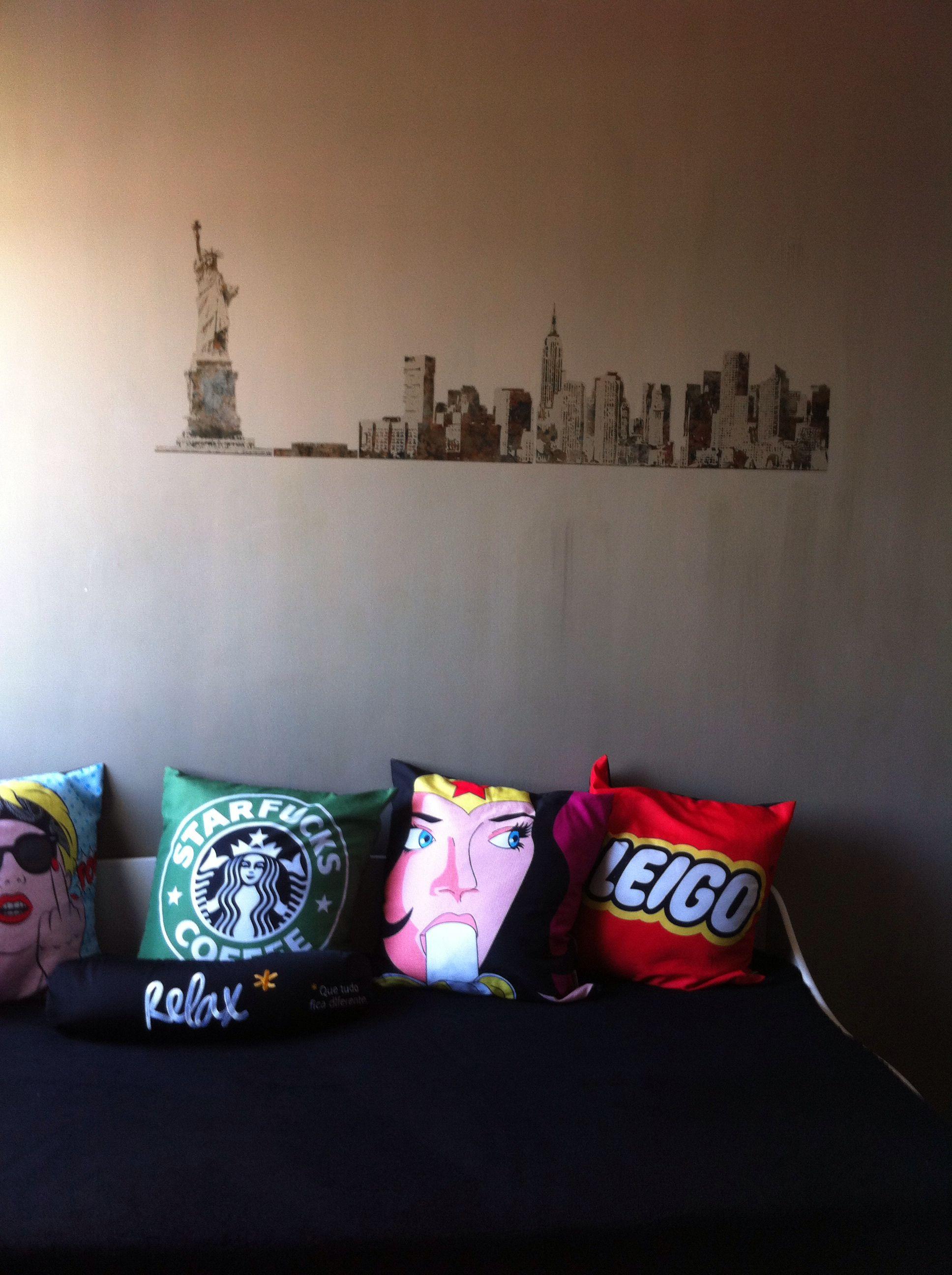 Grafite na parede, almofadas divertidas