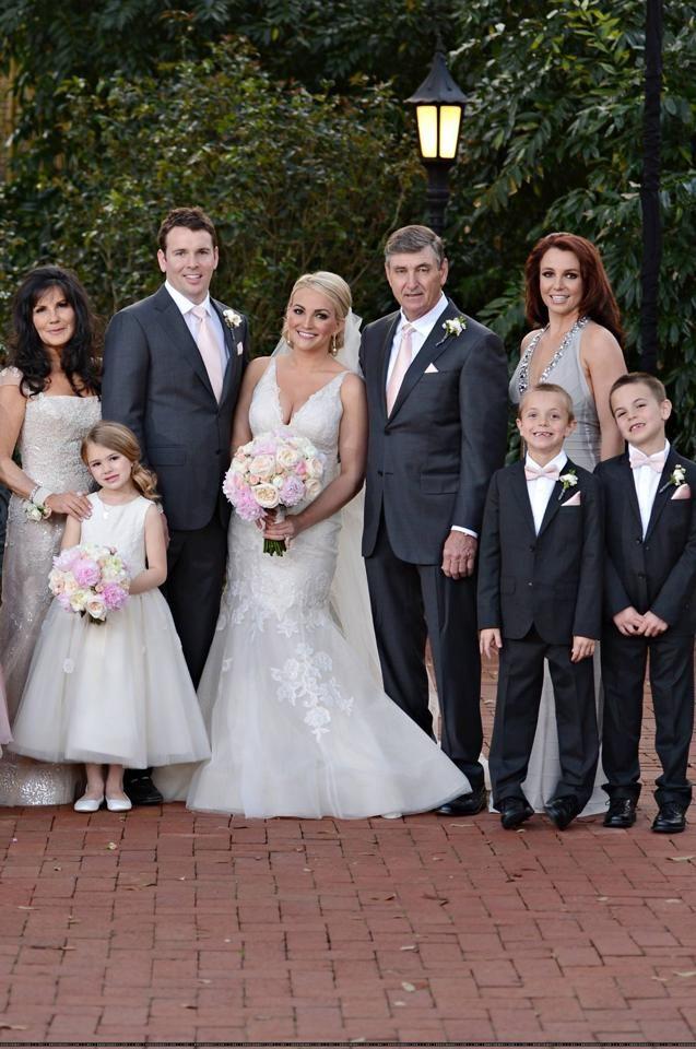 La Familia Spears En El Matrimonio De Jamie Lynn Congratulations Jamie Lynn Spears Jamie Lynn Spears Wedding Celebrity Wedding Dresses Celebrity Bride