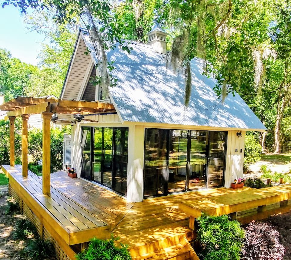If You Want The Perfect Spot To Get Away From It All Head To The Savannah River And Rent This Private Cottage In S In 2020 River Cottage Unique Cottages Savannah Chat