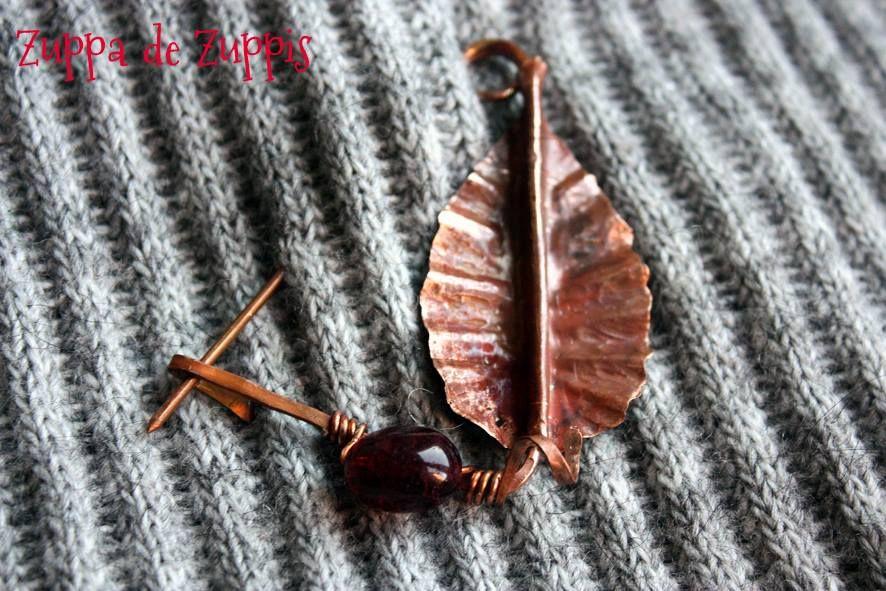 FALL_7. Spilla in rame lavorato a mano con foglia in lamina di rame con patina rossa e tormalina granata.
