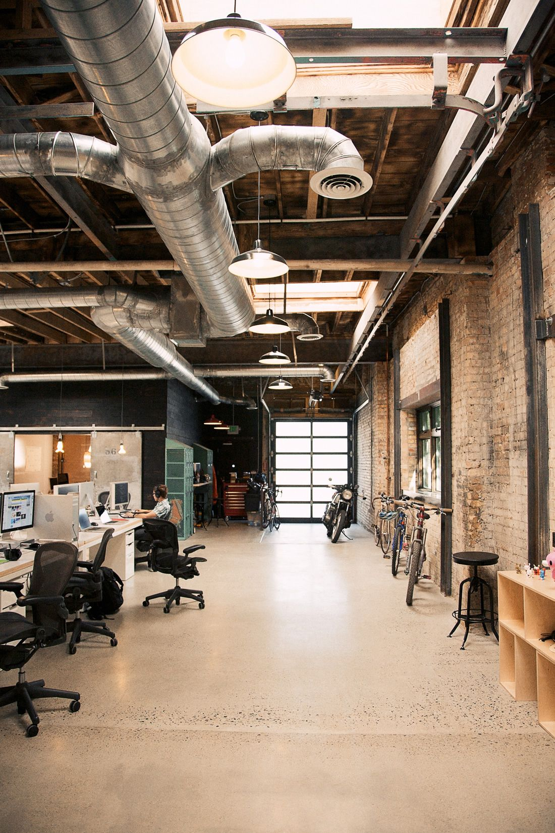 Une r novation d 39 entrep t en bureaux exposed brick for Industrial office interior