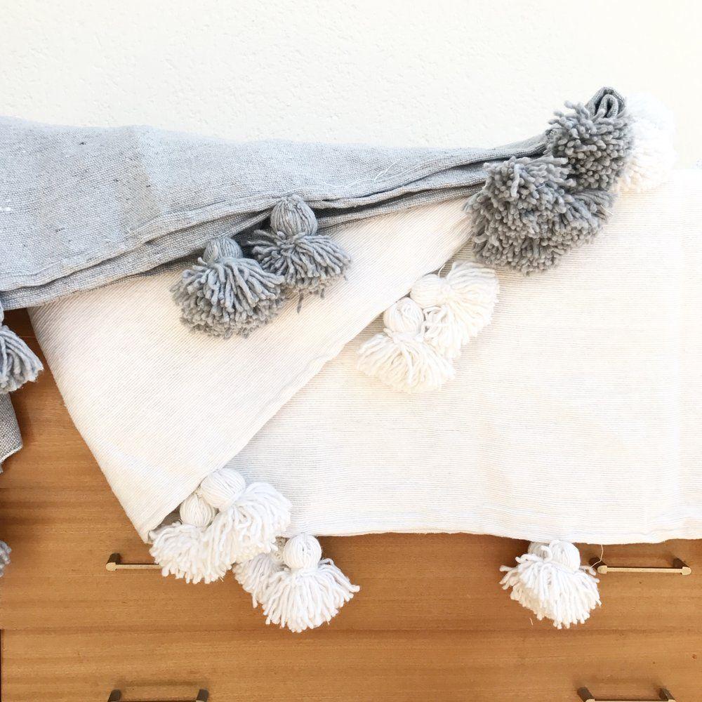 plaid pompons cru ou gris compos de coton tiss et de laine issu de l 39 artisanat marocain. Black Bedroom Furniture Sets. Home Design Ideas