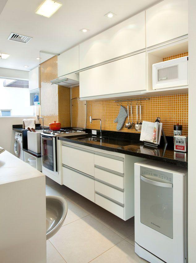 Excepcional bancada integra cozinha e área de serviço | Parede Divisória  AN16