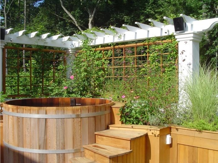 Badewanne aus Holz mit Whirlpool im Garten- Sichtschutz mit Pergola ...