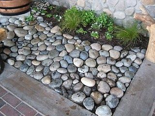 love this idea of using small river rock for the borders