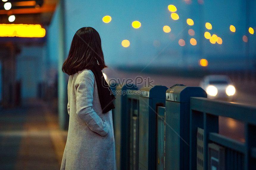 فتاة تراقب المشهد الليلي Night Scene Image Girls Watches