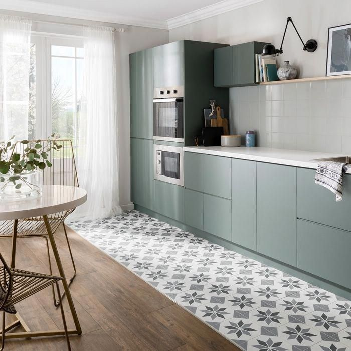 Idee Facade Cuisine De Couleur Vert Cuisine Blanche Avec Plancher En Bois Et C Avec Blanche Bo In 2020 Kitchen Design Small Kitchen Flooring Kitchen Design