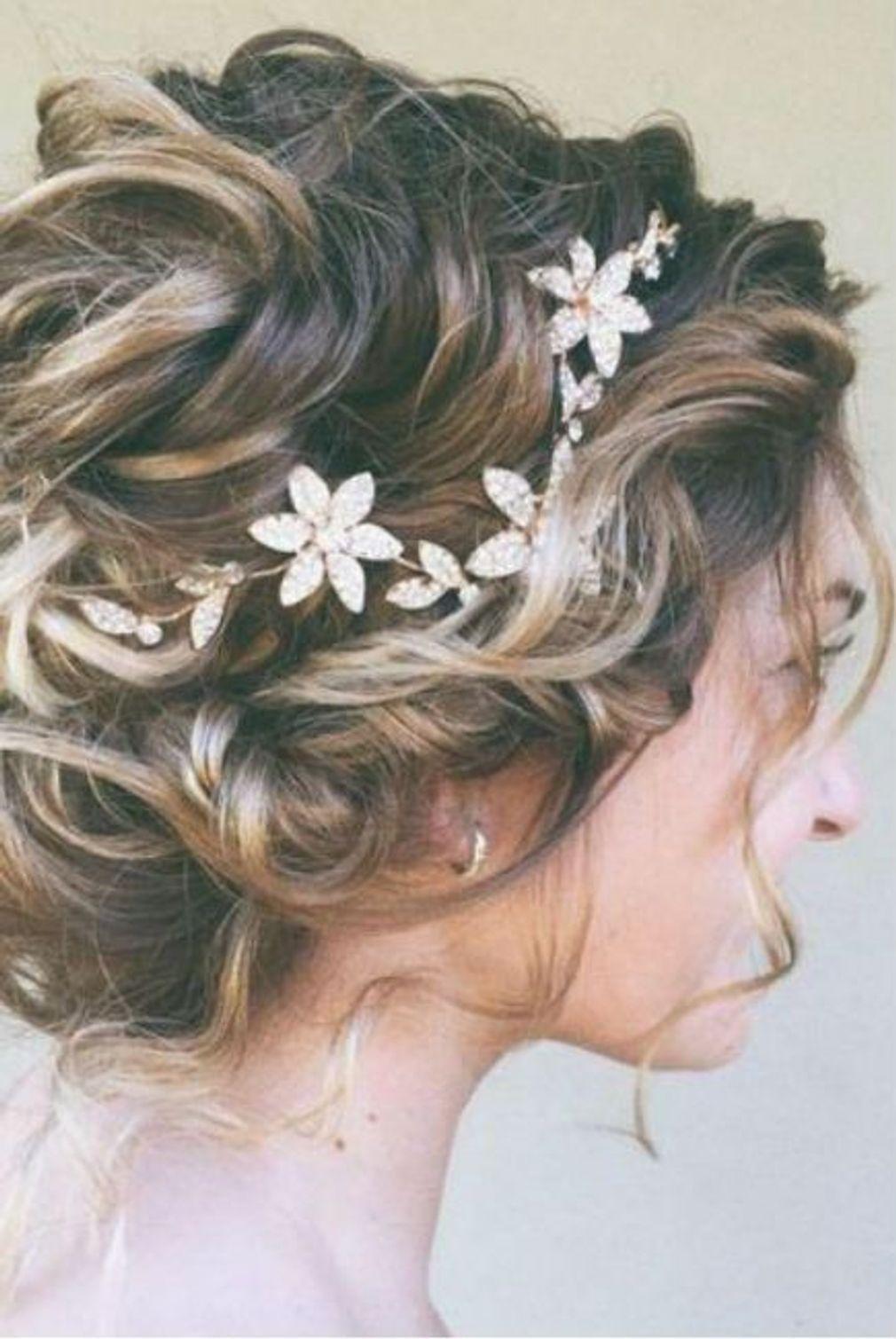 Coiffure De Mariage Pour Cheveux Courts Avec Tresses Et Fleurs Coiffure De Mariage Chignon Coiffure Mariage Coiffure Mariee