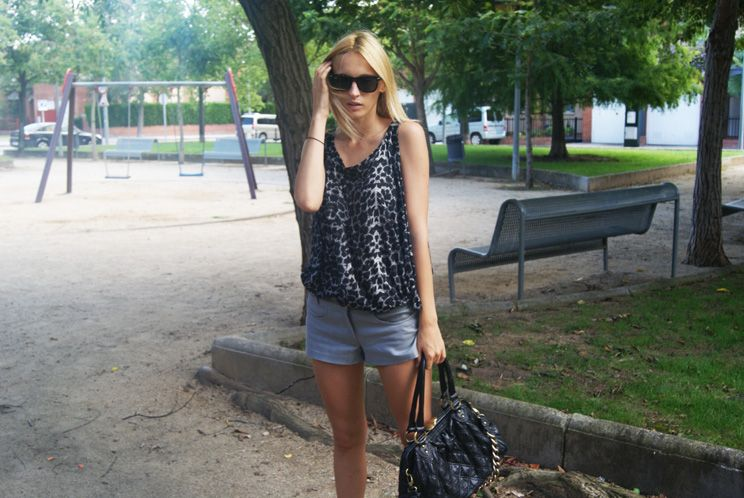Blusa/Blouse: Zara  Shorts: Topshop  Bolso/Bag: Marc Jacobs
