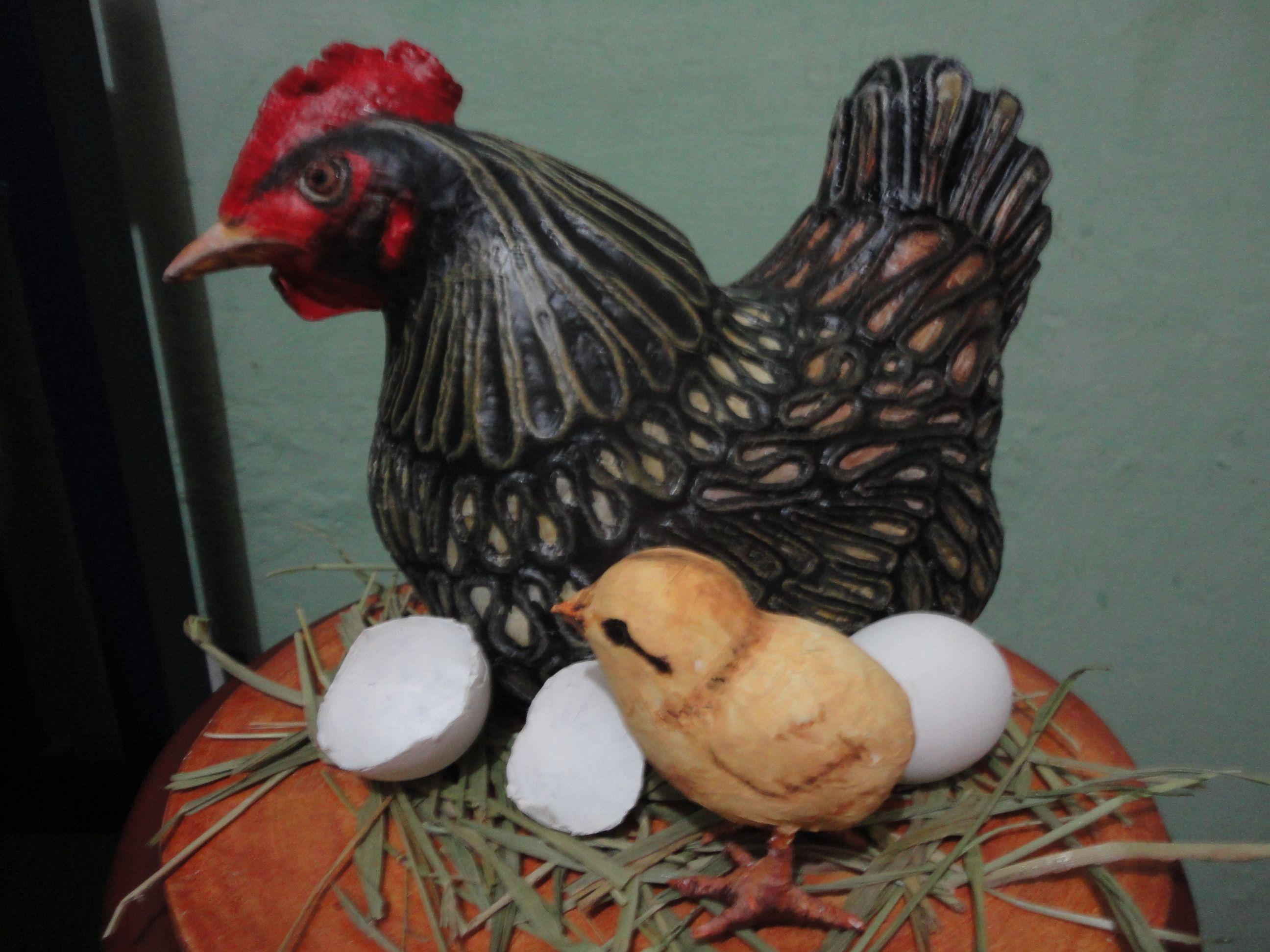 Galinha feita com esopor, papel machê e barbante de algodão. Chicken made with esopor, paper mache and cotton string.