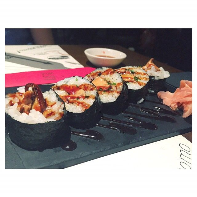 Sábado cenamos en Nomo... Y ya estamos buscando fecha para volver. Nomo destaca por su sushi, creaciones muy especiales⭐️ y con materias primas de máxima calidad. Os enseñamos uno de nuestros platos : el foie no teriyaki maki; roll de foie a la plancha con salsa teriyaki. Cena genial en un ambiente ideal para un sábado noche además, el staff un encanto, nos sentimos como unas . Mil gracias, muy muy fans de Grupo Nomo. ⚠️⚠️ para saber más de nosotras.... vía twitter @FoodyingBcn⚠️⚠️…