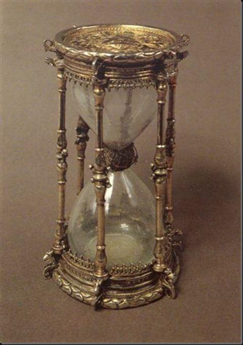 f27c8f76ba6 A ampulheta ou relógio de areia é um instrumento de medição do tempo de  invenção relativamente recente. A primeira ilustração conhecida é um fresco  italiano ...