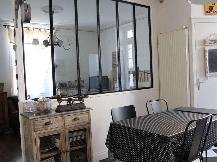 Une verrière dans la cuisine pour une pièce mi-ouverte mi-fermée