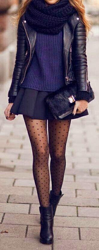 schwarze Leder Bikerjacke, dunkelblauer Pullover mit einem Rundhalsausschnitt, schwarzer Falten Minirock, schwarze Leder Stiefeletten für Damen