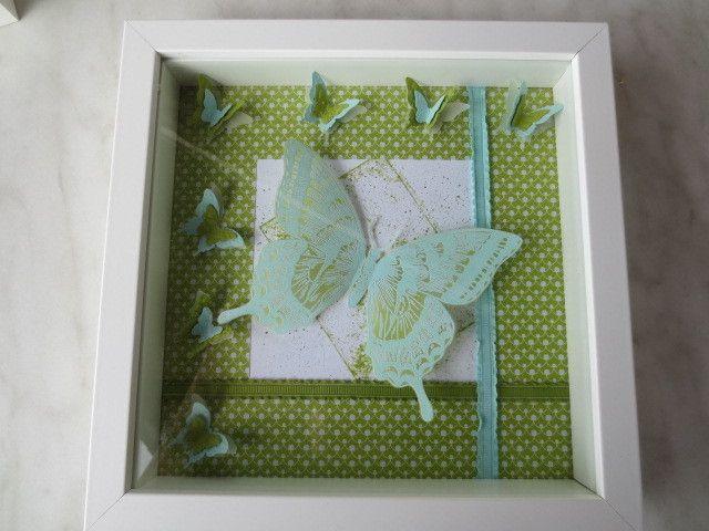 Collage mit Schmetterlingen in verschiedenen Techniken hergestellt  in einem quadratischen Bilderrahmen