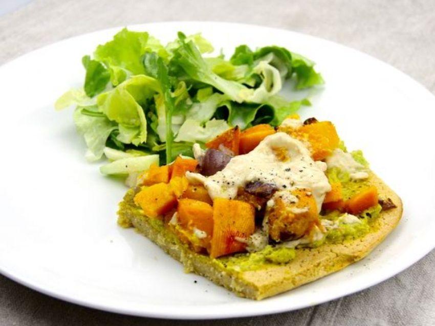 Kichererbsen-Pizza mit Curry-Avocado und karamellisiertem Kürbis | Vegane Gesellschaft Österreich
