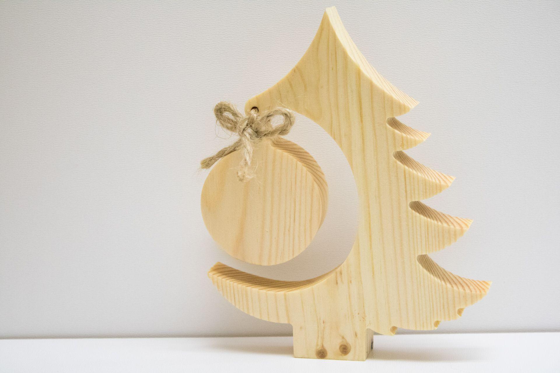Wooden Christmas Tree With Bauble Czas Na Drewno Drewniane Gadzety Reklamowe Nadruk Uv Cnc Wooden Christmas Trees Christmas Tree Christmas