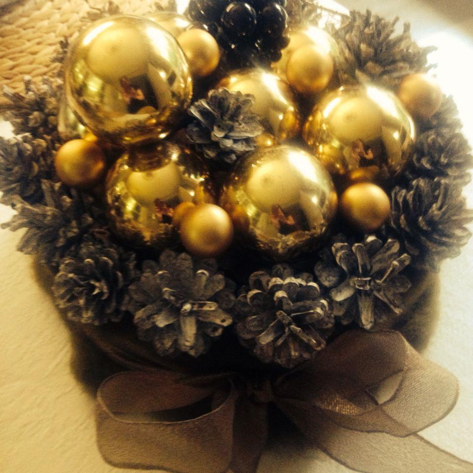 Torta Saint Honore  Bignè e cioccolato  Palline dorate e pigne  Materiale riciclo Natale 2014